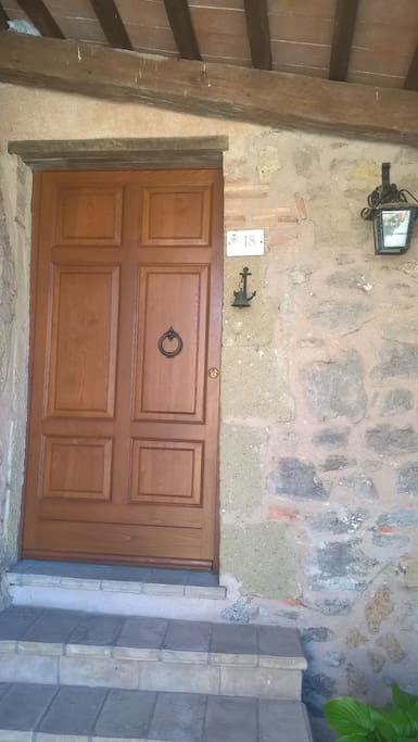 Il portone di ingresso - The entrance door
