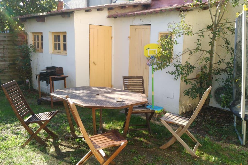 Le jardin, ensoleillé avec un petit atelier