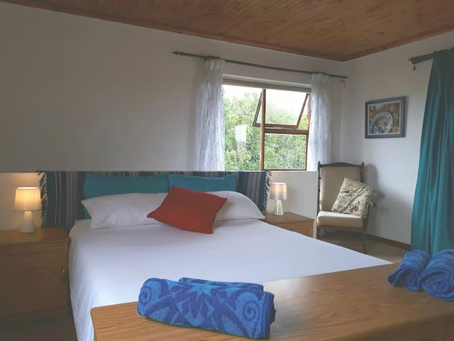 Private, clean, en suite. Walk to lagoon and beach