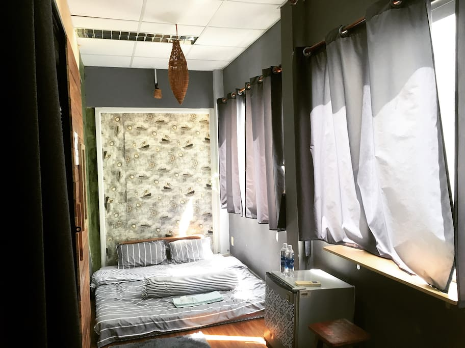 The room is designed in rustic style with vintage wood, handmade souvenir and tree for decoration. In addition, the room has many windows so it is full of sunshine and fresh air.