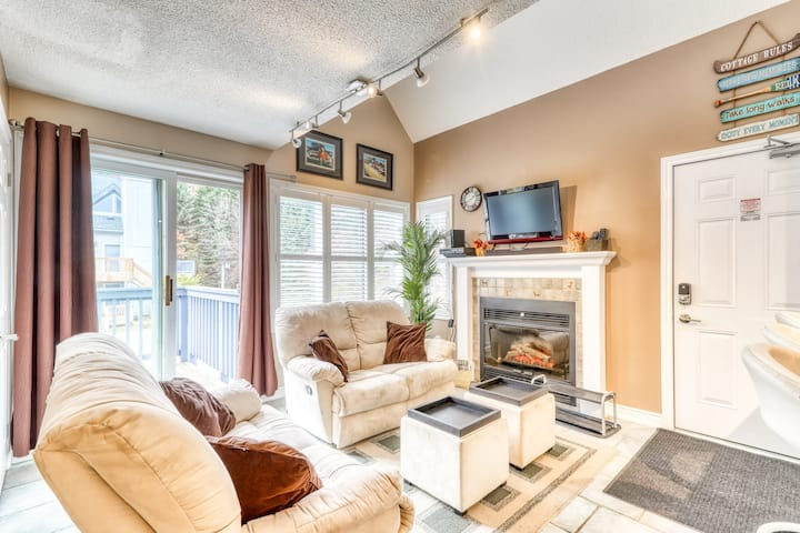 Walk-to-slope condo w/ fireplace & shared hot tub, pool & tennis!