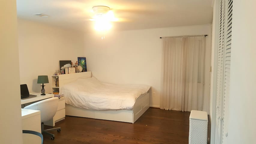 Bedroom w/private bath near FMH & Hood College
