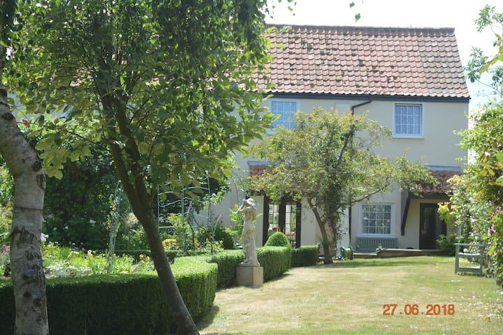 The Knoll Cottage Garden B & B Bedroom 2
