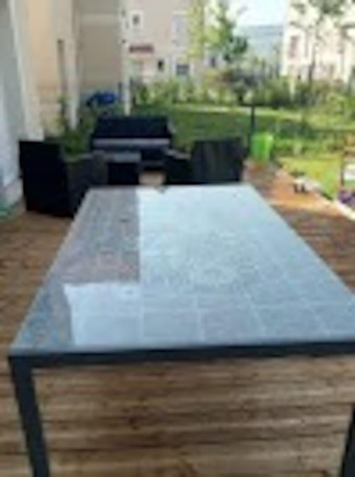 terrasse avec salon de jardin et table pour manger