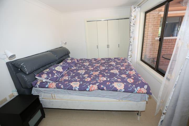 卧室配有1米8*2米的大床,床品为安睡宝品牌,纯棉材质,卧室壁橱可放置衣物;此房间朝东,是早上看日出的好地方