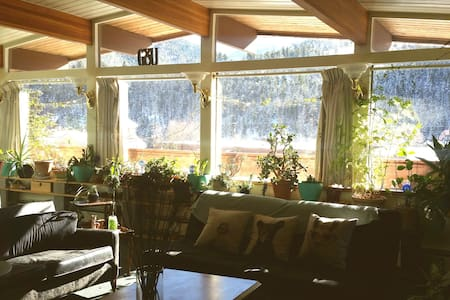 Sunny wide open house right on I-70 w/ Hot Tub - Idaho Springs