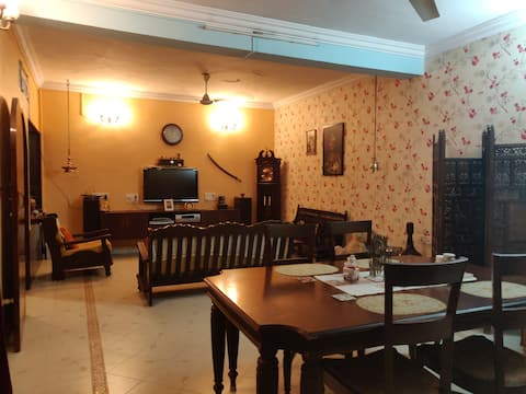 Luxurious Homely Private Room In Posh Locality