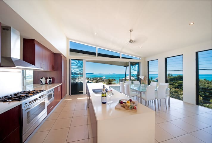 Whitsunday Views - Holiday Home Airlie Beach