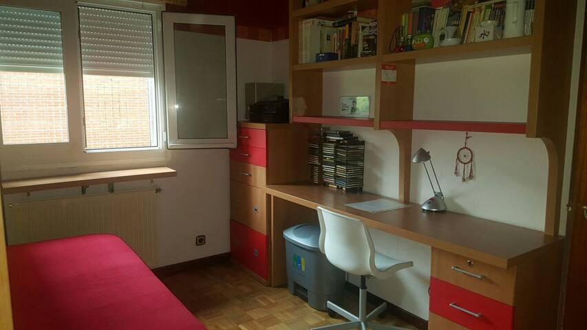 Amplio escritorio ideal para estudiar con todos los cajones para usarlos para ropa o enseres.