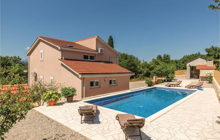 Holiday cottage with 4 bedrooms on 157m² in Glavina Donja