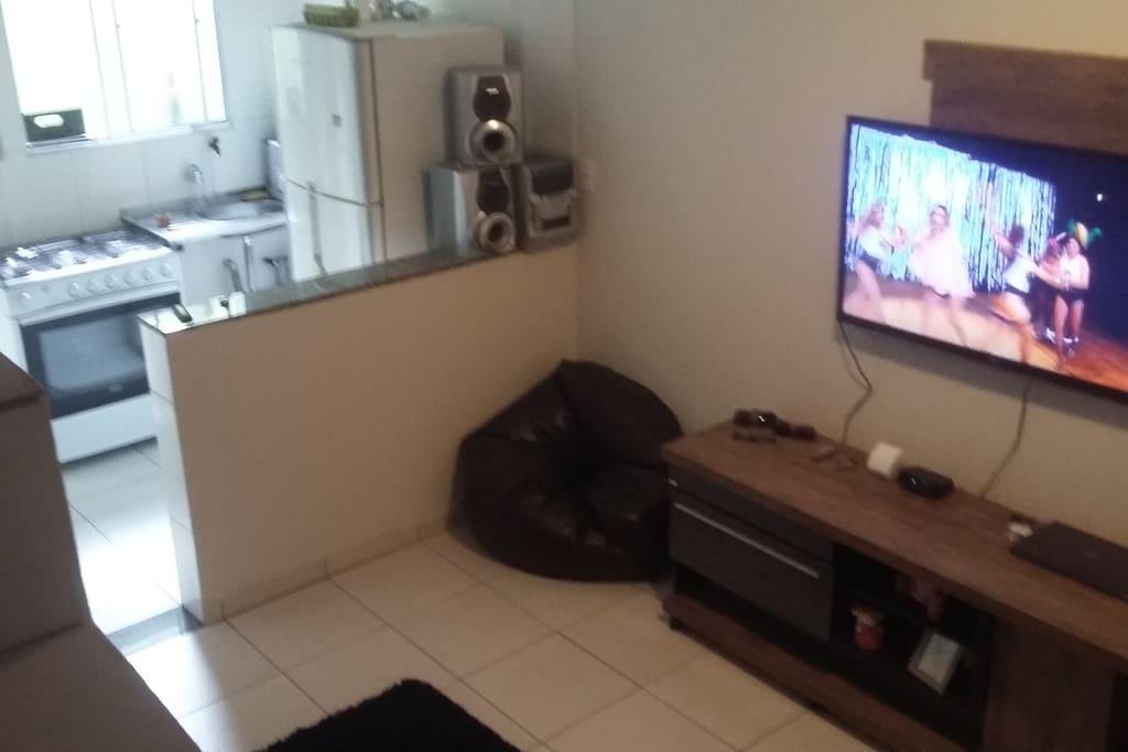 Sala conjugada com cozinha equipada, e banheiro.