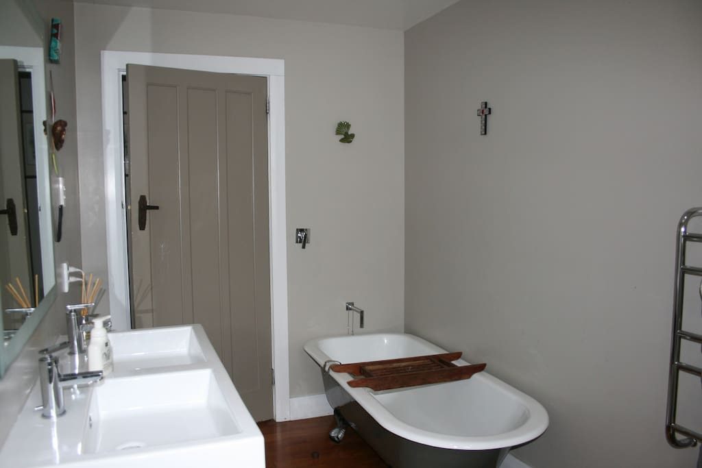 Main bathroom, with toilet, bath and seperate shower