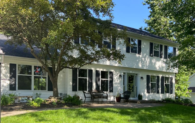Large house w/ pool. Close to downtown Saratoga
