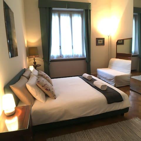 La grande camera da letto ha anche un divano letto perfetto per un bimbo che vuole dormire in camera con i Genitori !