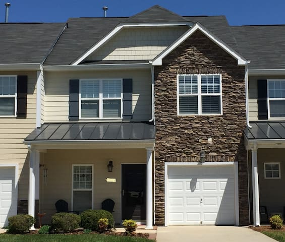 Comfortable 3BD Townhome (HPU, Market, UNCG) - High Point - Casa
