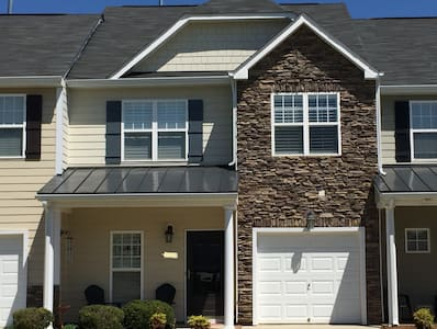 Comfortable 3BD Townhome (HPU, Market, UNCG) - High Point