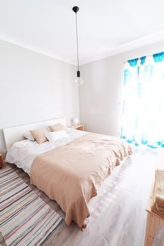 Bedroom 1 with big double bed. Quarto 1 com grande cama de casal. Schlafzimmer 1 mit großem Doppelbett.