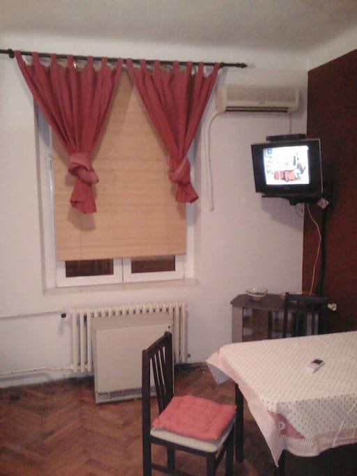 Wohnzimmer mit Sofabett und Kueche