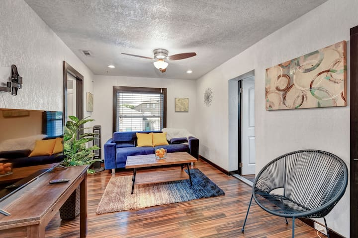 STYLISH GARAGE LOFT. TCU. DOWNTOWN, CULTURAL DIST