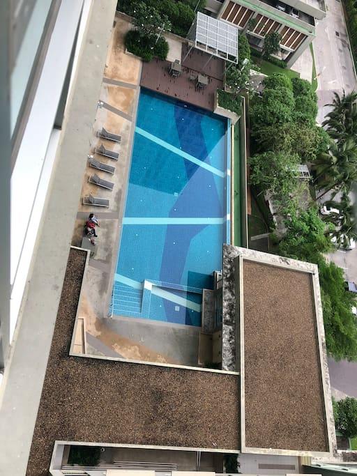 小区4楼30米泳池,无限水循环。早六点至晚十点使用,配有健身房。配有安保人员