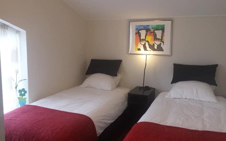 Mooie en ruime zit-slaapkamer, stil en met airco