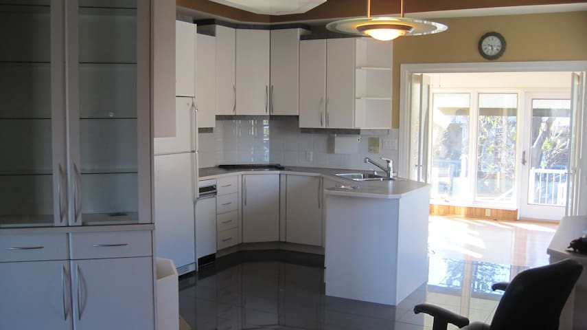 Maison 3 chambres avec cour_terrasse_2 parking - Longueuil - House