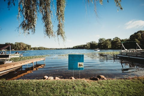 Water front cottage on beautiful Upper Long Lake!