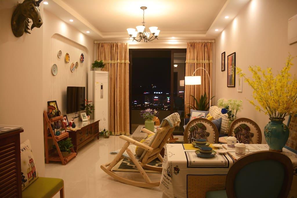 晚上的客厅区域温馨而舒适