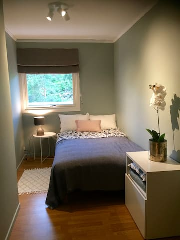 Bedroom 2 with small double bed, 120 cm