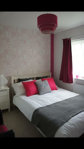 Modern home, lovely bedroom and private bathroom - Cambridgeshire - Casa