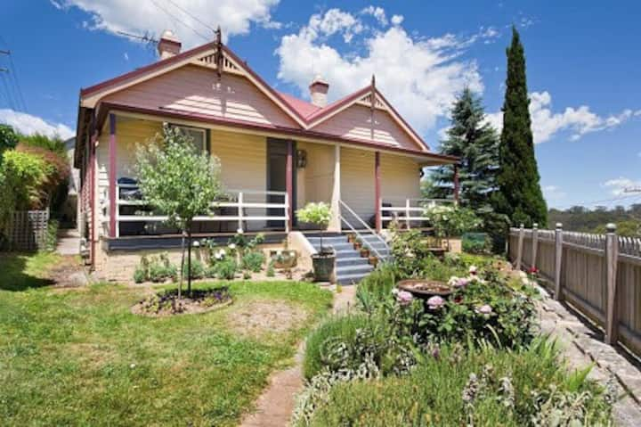 Charming and historic Carrington Cottage No:4