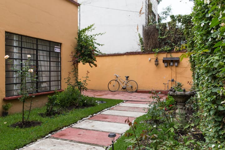 Room at Coyocán with independent access to street