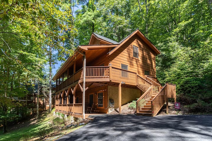 A Riversound - Valle Crucis Cabin with Large hot tub, Pool, Poker table, River!