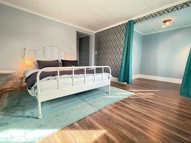 Chambre SUITE Étage, avec lit queen. possibilité de rajouter un futon et/où lit simple pour accueillir plus de monde.
