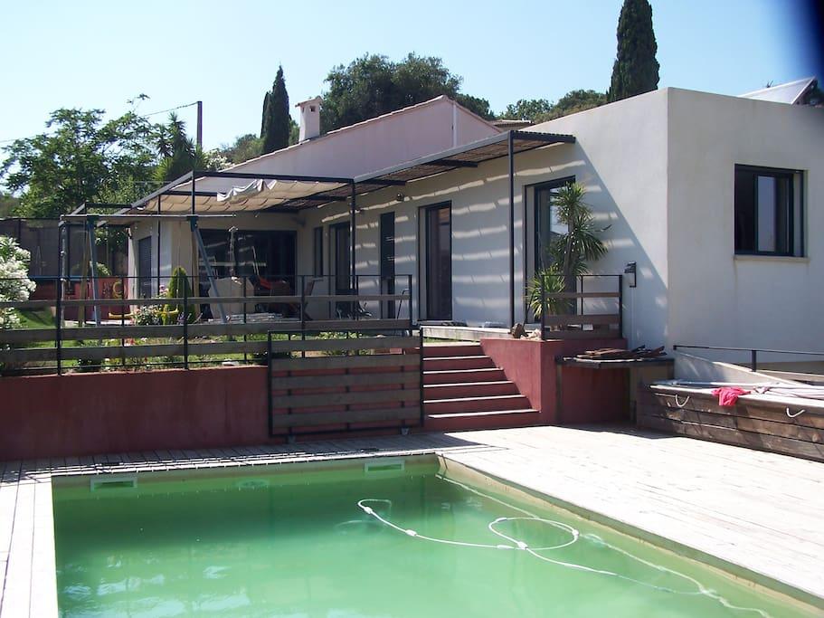 Tonnelle ombragée et  barrière avec portail coulissant permettant d'isoler la terrasse de l'espace piscine