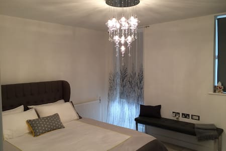 Elegant Private Double in a Stylish Apartment - Oxfordshire