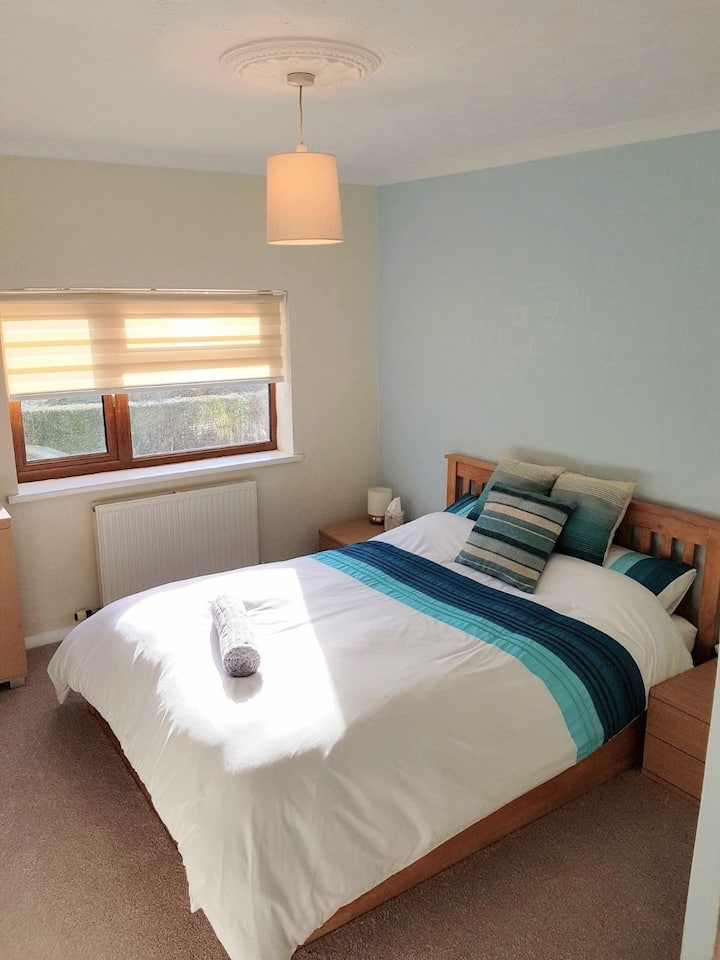 Double room with king-size bed, in Broughton