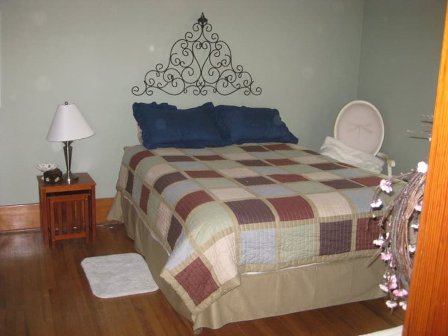 Queen bed shares a bathroom with vintage room.