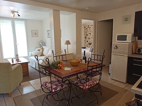 Well equipped apartment, large terrace, BBQ & WIFI