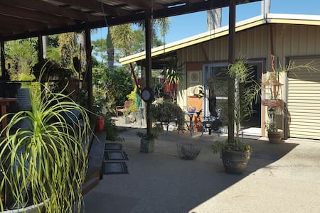 PRIVATE CLEAN QUIET AND COSY - North Mackay - Hytte