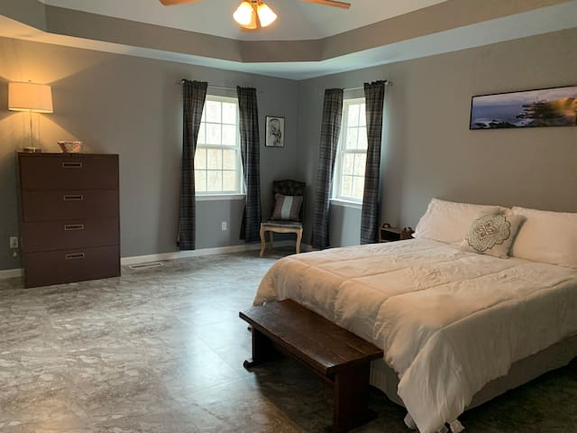 Master Suite #3 in Cartersville  Hostel Exit 290