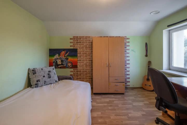 Warm Room in a Private House 5 min from Airport