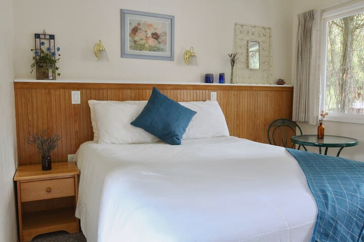 ❀ Charming Bedroom on Quiet Property Near ONP ❀