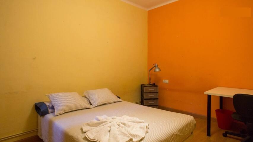 Cozy&quiet double room next to Sagrada Familia