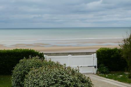 """Omaha Beach Normandie  """" Les Tamaris """" Chambres - Saint-Laurent-sur-Mer"""