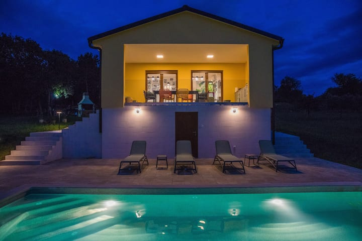 Villa Tai, enjoy the green  oasis w2BR ,WIFI, pool