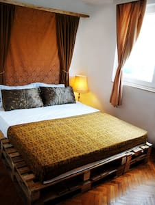 Private bedroom in a hip hostel (2) - Mostar - Bed & Breakfast