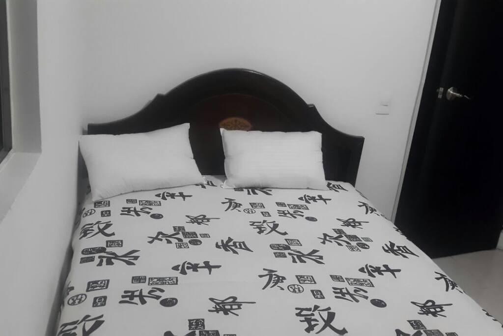 La cama es doble tipo matrimonial de 1,40 * 1,90 cms.