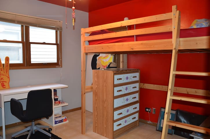 Red Room Loft Bed Shared Bath - Chicago - Rumah