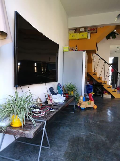 公用客厅电视75存索尼曲面网络电视super big digital sony curved tv in the living room